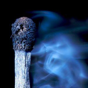 спичка и голубой дым