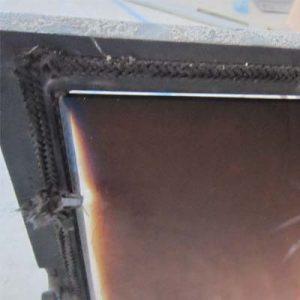 Видна щель между стеклом и рамой, эта топка не будет реагировать на изменение подачи воздуха в камеру